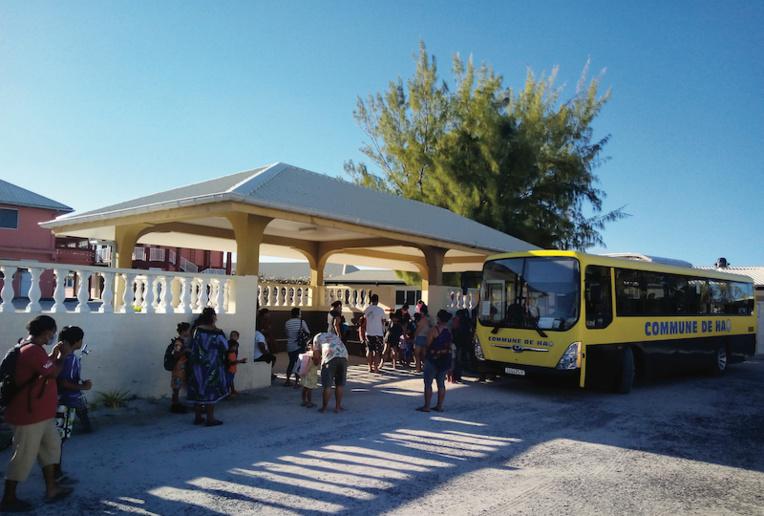 En raison de la situation sanitaire, les parents n'étaient pas autorisés à rentrer dans l'école en ce jour de rentrée scolaire.