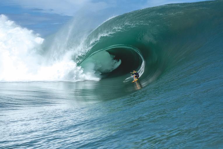 """Bien connue dans le monde du """"surf de gros"""", Justine Dupont ne pouvait pas manquer cette session historique à Teahupo'o. (© Kaelan McKenna)"""