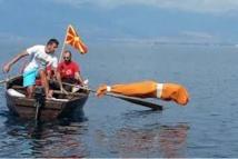 Macédoine: il nage 2 kilomètres enfermé dans un sac pour entrer dans le Guiness des records