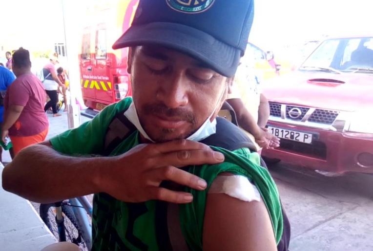 Un habitant de Hao, fraîchement vacciné et content de l'être.