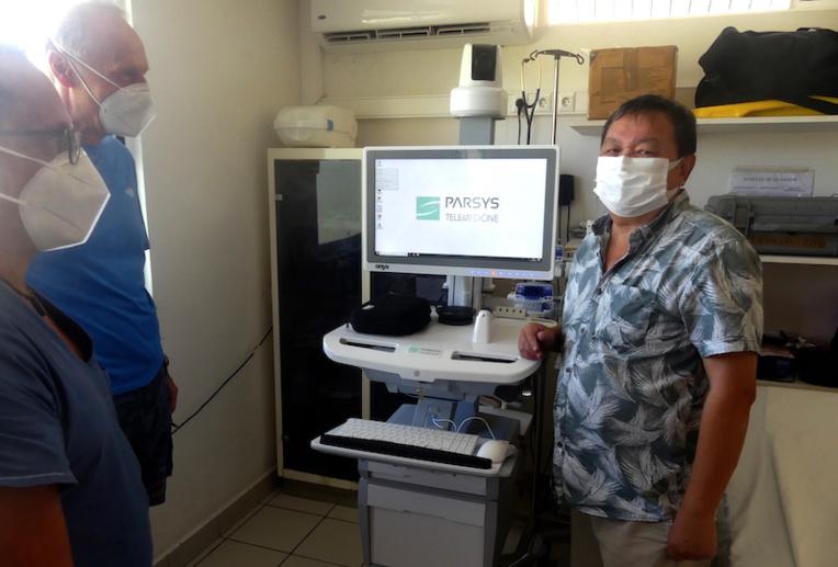 Docteur François Laudon, subdivisionnaire santé de Polynésie, a présenté l'appareil de télémédecine au docteur Yves Labar et à l'infirmier Stéphane Bellado.