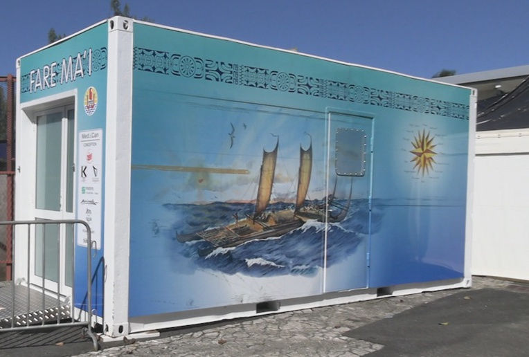Un container a été installé devant les urgences. Il fait office de sas avant l'entrée dans le service.