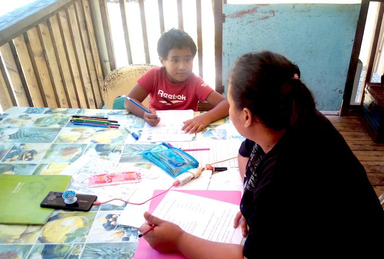 Continuité pédagogique à la maison pour Warren, 6 ans et sa maman Mira Temahuki.