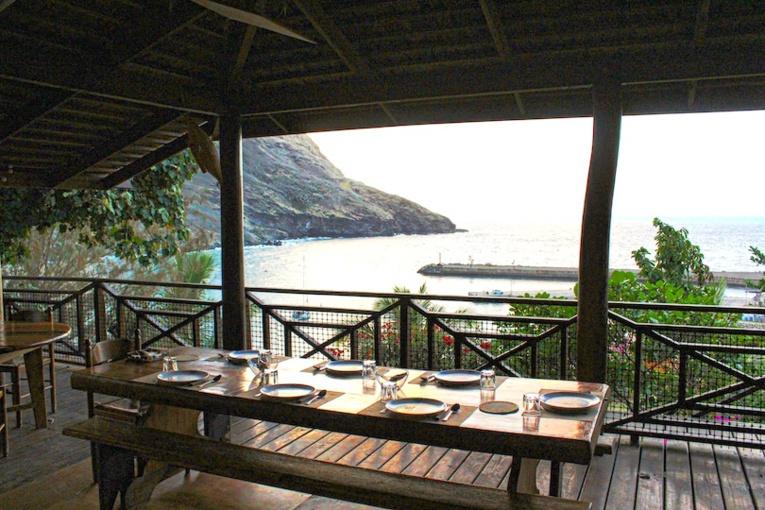 Les carnets de réservations des pensions de l'île, comme la Pension Pukue'e, sont désespérément vides.