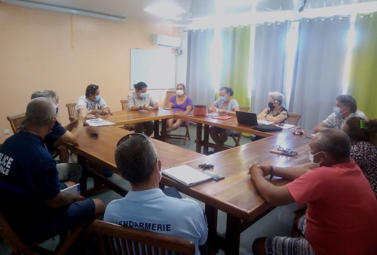 Christelle Lehartel, ministre de l'Éducation et Inès d'Auzac de Lamartinie, infirmière conseillère technique à la DGEE ont profité de leur déplacement sur l'atoll pour participer à la réunion du plan communal de sauvegarde.