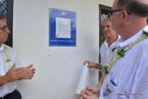 Alain Bauer président de la CNAPS et Eric Brendel directeur des Opérations de la  CNAPS en Polynésie découvrent la plaque des locaux de la Commission à Papeete.
