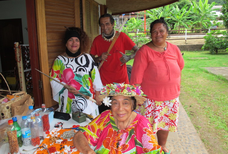 Mau Ségur (à gauche) avec quelques artisans du fare de Taiohae qui souhaitent tout mettre en œuvre pour garder leur savoir-faire ancestral.