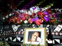 : Du tapa, des fleurs et une bouteille de vin : dernière offrande d'amis à l'artiste peintre fidjienne Josie Crick