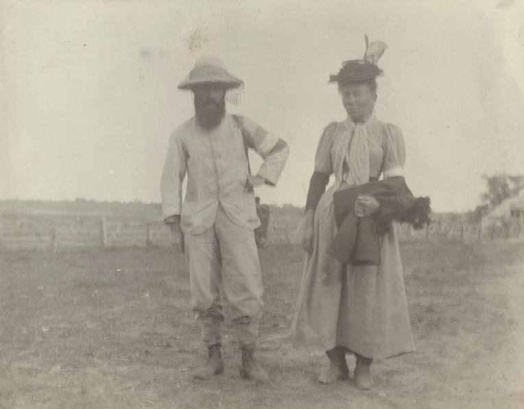 Henri Gilbert avec la jeune femme d'origine française qu'il épousa dans le Queensland, en omettant un détail; il était déjà marié et père d'une enfant en France...