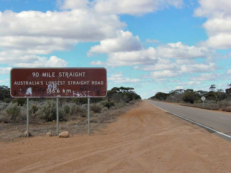 La route actuelle qui longe la côte sud de l'Australie; trajet monotone où a été goudronnée la plus longue ligne droite du pays, un peu plus de 146 km!