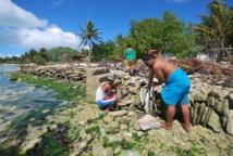 Des habitants des îles Kiribati contruisent une digue pour se protéger de la hausse du niveau de la mer (SPC/AFP/Archives, -)