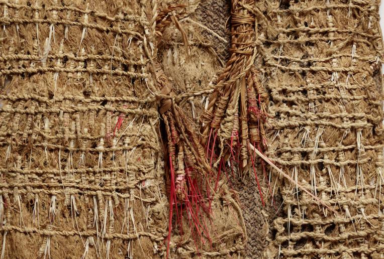 Le musée du quai Branly consacre une exposition au maro'ura, cette ceinture qui pouvait mesurer 4 mètres, réservée aux ari'i rahi, les plus grands chefs. C'est un fragment, le seul connu à ce jour qui sera présenté au public à Paris en octobre. (©musée du quai Branly - Jacques Chirac, photo Pauline Guyon)
