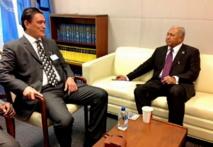 Le Contre-amiral Franck Bainimarama et Moana Carcasses, Premiers ministres de Fidji et de Vanuatu, ont signé en début de semaine un accord de coopération. (Source photo : ministère fidjien de l'information)