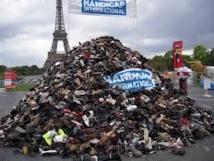 Pyramide de chaussures à Paris contre les mines et bombes à sous-munitions