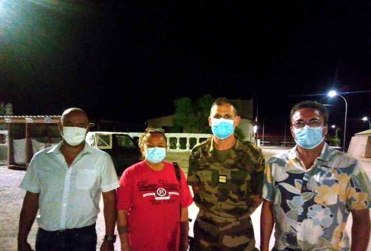De gauche à droite : Frédéric Sautron, Yseult Butcher-Ferry maire de Hao, Fabrice Avenel, chef de corps du RSMA-PF et Terii Seaman, en déplacement sur l'atoll en repérage du projet.