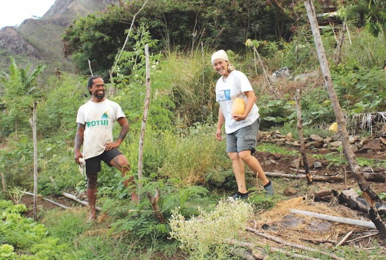 Jean-Louis Kohumoetini, accompagné de sa compagne Ève, vient d'obtenir la certification Bio Pasifika, une première à Ua Pou. C'est le fruit d'un travail de longue haleine pour cet agriculteur.