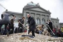Une idée de poids : 8 millions de pièces de monnaie devant le Parlement suisse