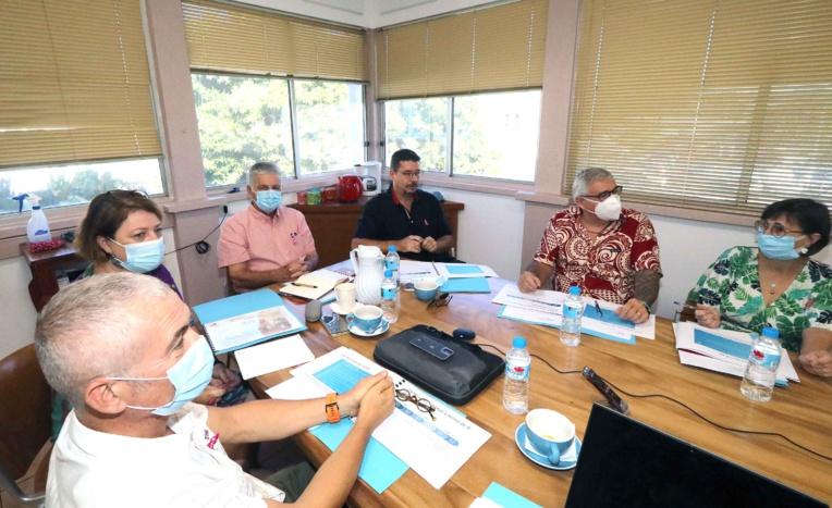 A gauche du ministre de la Santé, Jacques Raynal, Christophe Moreau directeur de l'Institut du cancer de Polynésie française.