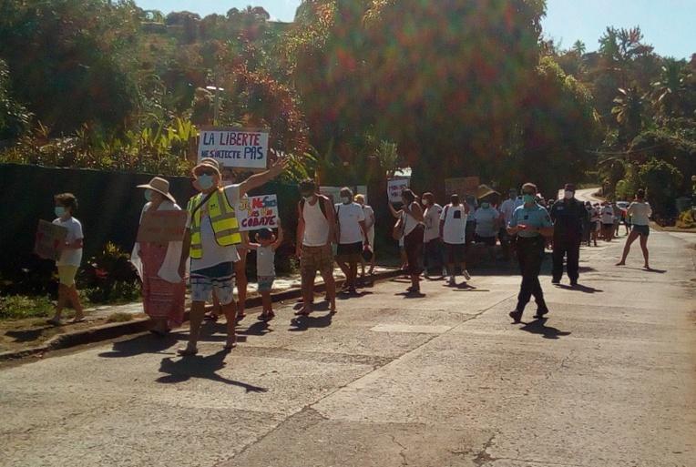 Des marcheurs contre l'obligation vaccinale à Hiva Oa