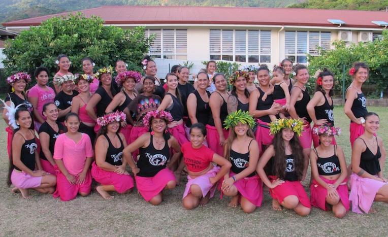 Kanahau Ori, l'école de danse en tenue rose, en soutien à la lutte contre le cancer du sein.