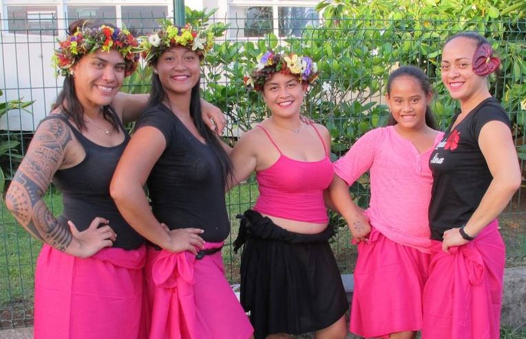 Cousines, copines et même mères et filles : les danseuses de Nuku Hiva se parent de rose au moins jusqu'à la fin octobre.