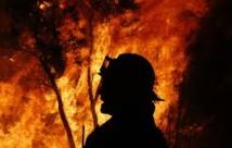 Australie: pour maîtriser les flammes, les pompiers réunissent deux énormes incendies