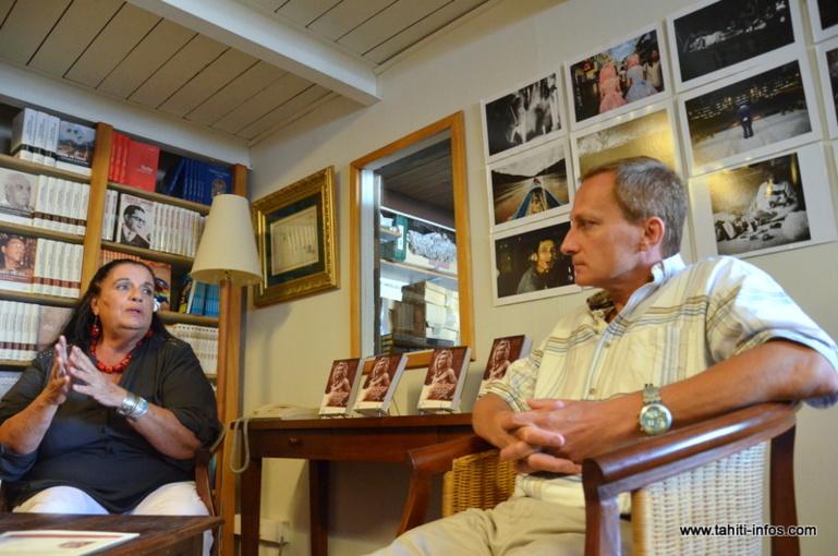 """Dorothy Levy et Bruno Saura, auteurs de l'ouvrage biographique sur l'artiste Bobby Holcomb, """"Bobby, l'enchanteur du Pacifique"""""""