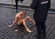 Enquête contre un Russe qui a cloué ses organes génitaux sur la place Rouge
