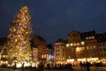 Strasbourg: le grand sapin de Noël penche comme la Tour de Pise