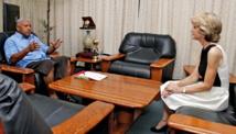 Rencontre au sommet entre le Contre-amiral fidjien Franck Bainimarama et Julie Bishop, chef de la diplomatie australienne : le Forum a bien reçu le message (Source photos : ministère fidjien de l'information)