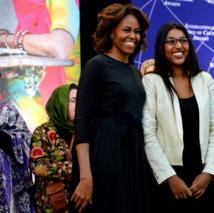 Roshika Deo, militante de longue date de la cause féministe et candidate déclarée pour les prochaines législatives à Fidji et Michelle Obama, lors de la remise de son prix de « femme courage ». (Source photo : Département d'État américain)
