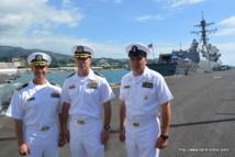 de gauche à droite, l' « executive officer » Adam Fleming, le « commanding officer » Randy Van Rossum et le « command master » Donald A. Charbonneau