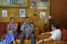 Oscar Temaru avec Wu Dong et Tina Cross en entretien dans le bureau du maire de Faa'a.