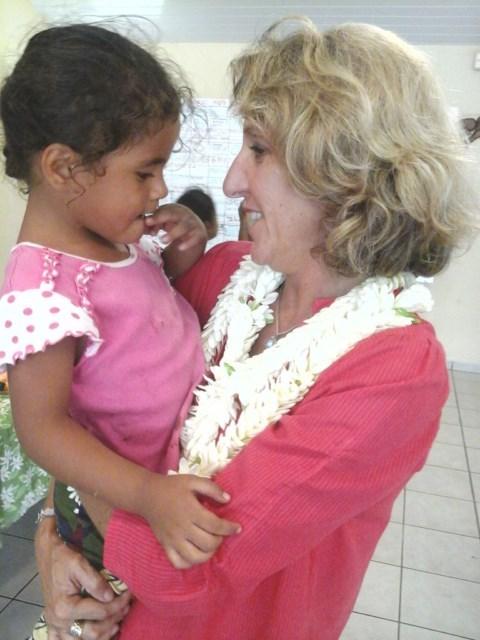 Béatrice Diebolt, la marraine Aito Immobilier, et une enfant du village.