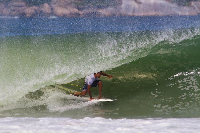Michel Bourez en 'tube backside' à Rio de Janeiro au Brésil (© ASP/ Smorigo)