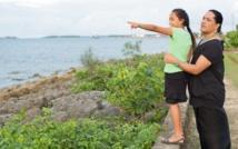 Photo : Joey Joleen Mataele, Présidente de l'Association des Leitis des Tonga (TLA), partage un moment privilégié avec sa fille près du front de mer, à Nuku`alofa (Tonga). Le terme « leitis » désigne les hommes ayant des rapports sexuels avec des hommes (HSH), les transsexuels, les hommes gays et bisexuels et les HSH ne se considérant pas comme tels.