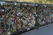 """Sous le poids des """"cadenas d'amour"""", le pont de Arts ploie"""