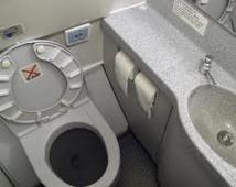 Il finit son vol New York-Hong Kong le doigt coincé dans la poubelle des WC