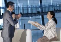 Japon: présentation de deux robots androïdes plus vrais que nature.