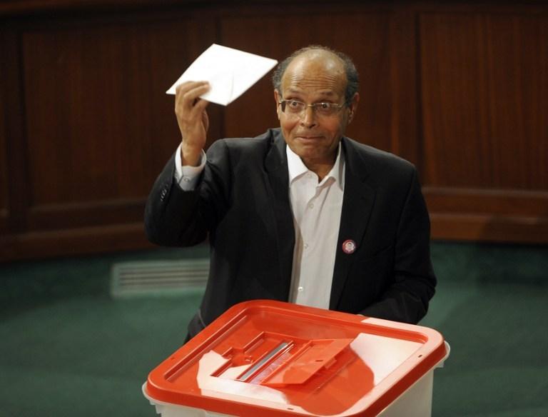 Tunisie: le président veut s'inscrire sur les listes électorales mais oublie ses papiers