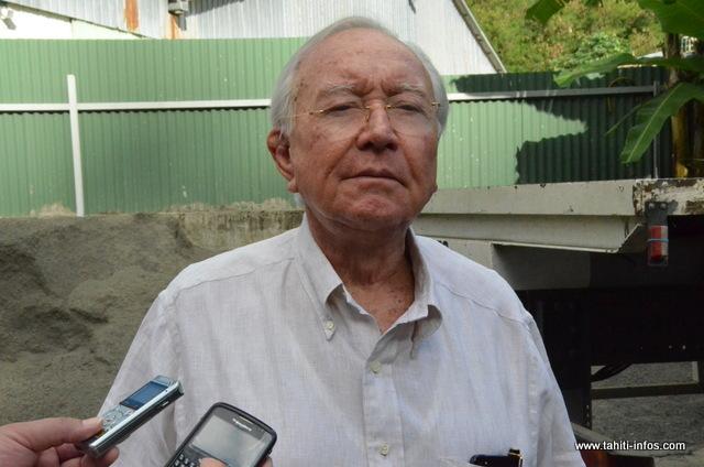 Gaston Flosse, en juin 2013, moins d'un mois après son élection triomphale suite aux Territoriales, devant un hangar destiné à devenir centre d'accueil de jour pour SDF, à Tipaerui
