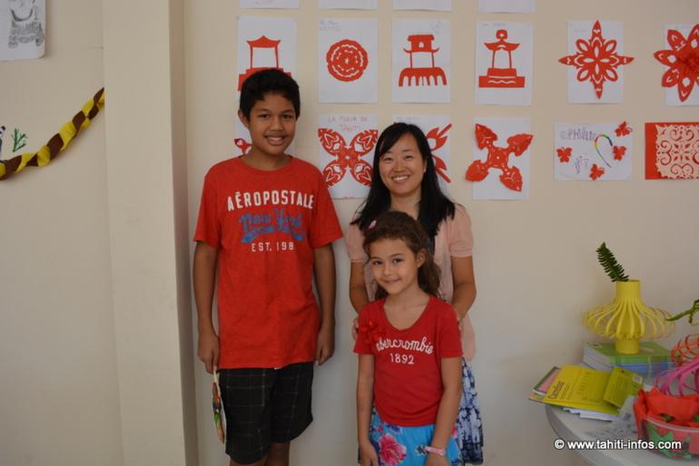 Yoann, Julia et leur professeur de mandarin Cécile Jin