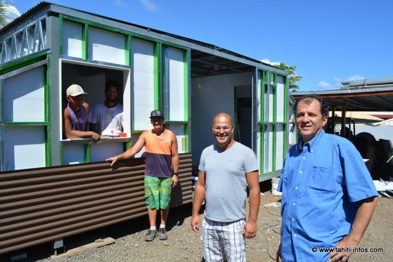 Moana Sandford au milieu, Gilles Vaitoare à droite et les ouvriers de MS Construction dans le « fare-container » qu'ils sont en train de bâtir.
