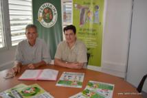 James Cowan, directeur par intérim du CHPF et Benoit Layrle du syndicat de traitement des déchets Fenua Ma signent la convention de partenariat.