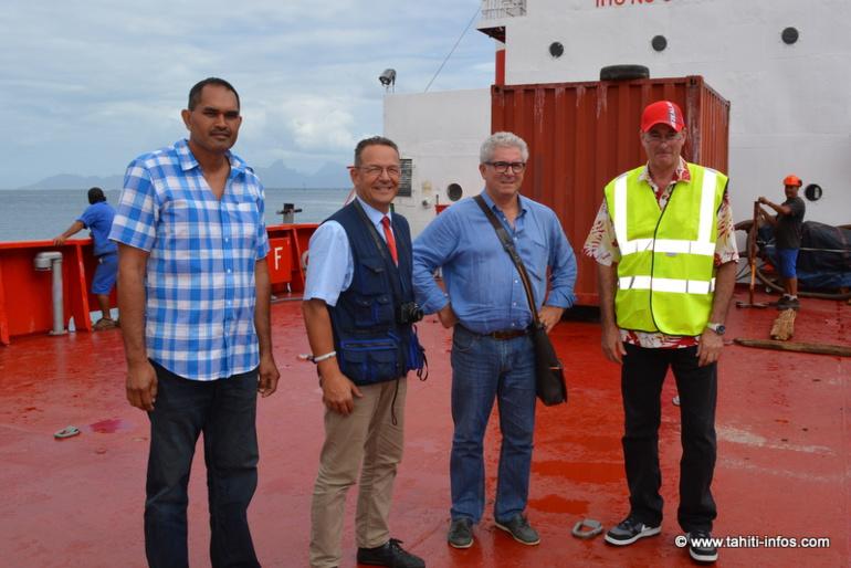 Sur le Tahiti Nui IX, Bruno Vaitu (capitaine de la barge), Patrice Beuscher (expert maritime), Bruno Hamon (directeur adjoint des douanes) et Frédéric Lejeune, chef de la Flottille Administrative.