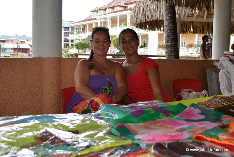 Vaite et son amie Tinarei, elle aussi adepte du microcrédit