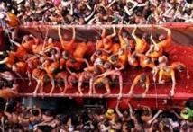 Espagne: des milliers de fêtards dans une bataille géante de tomates