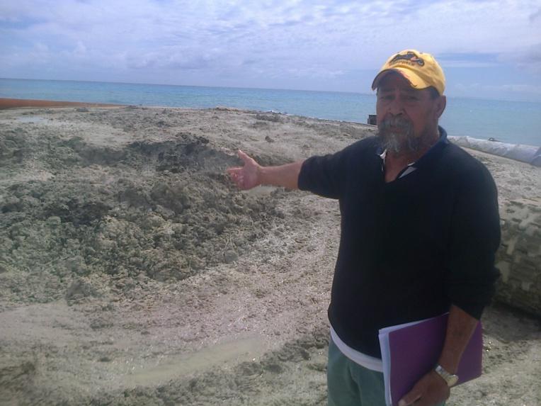 Maurice Tehoiri, président de Te Ora Nui No Tupuai, devant la soupe de corail extraite par les travaux