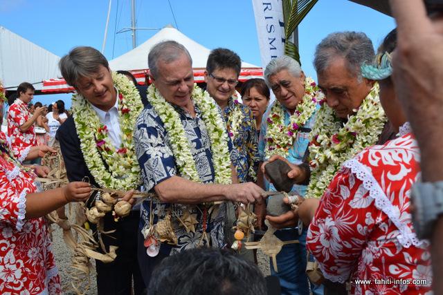 Inauguration officielle avec Eric Zaboureff, secrétaire général adjoint du Haut commissariat; Geffry Salmon le ministre du tourisme ; Oscar Temaru, le maire de Faa'a et Michel Monvoisin, P-ca du GIE Tahiti Tourisme.