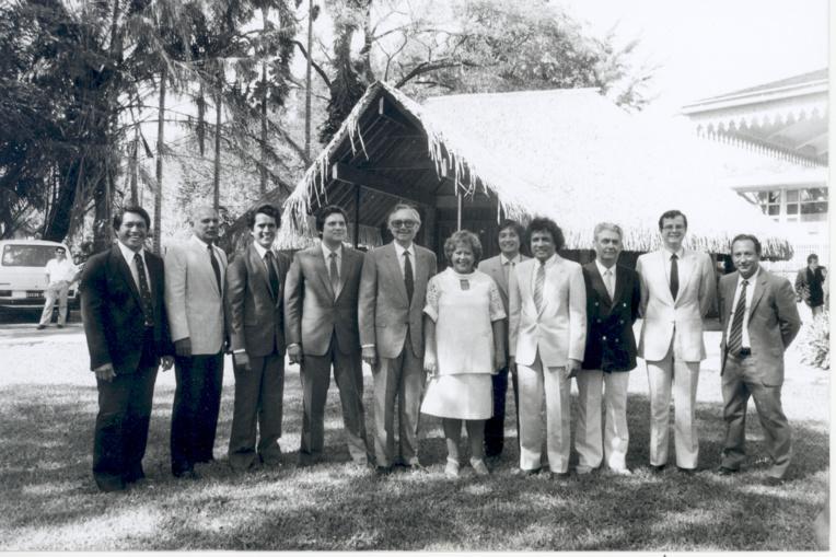 Le premier gouvernement Flosse après l'adoption du statut d'Autonomie interne, en septembre 1984. A 32 ans, Edouard Fritch débute sa carrière politique (sur cette photo entre Alban Ellacott et Alexandre Léontieff)